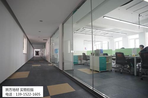 腾方塑胶地板办公室装修亮闪了眼睛