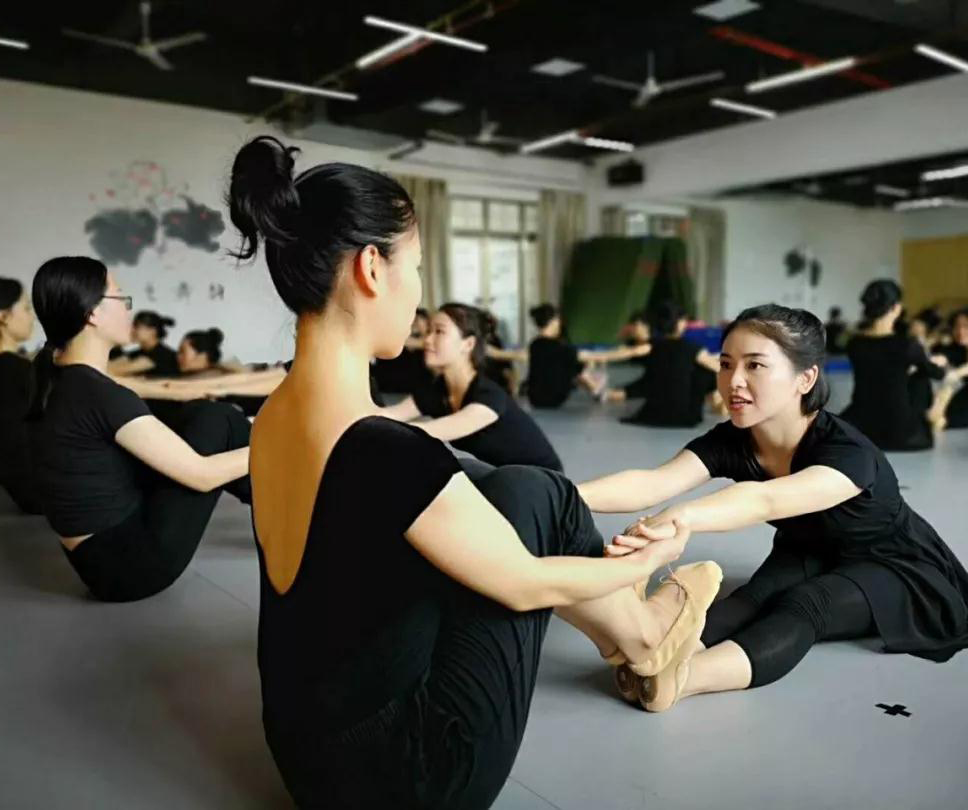 安全无划痕的舞蹈地板成为主流趋势