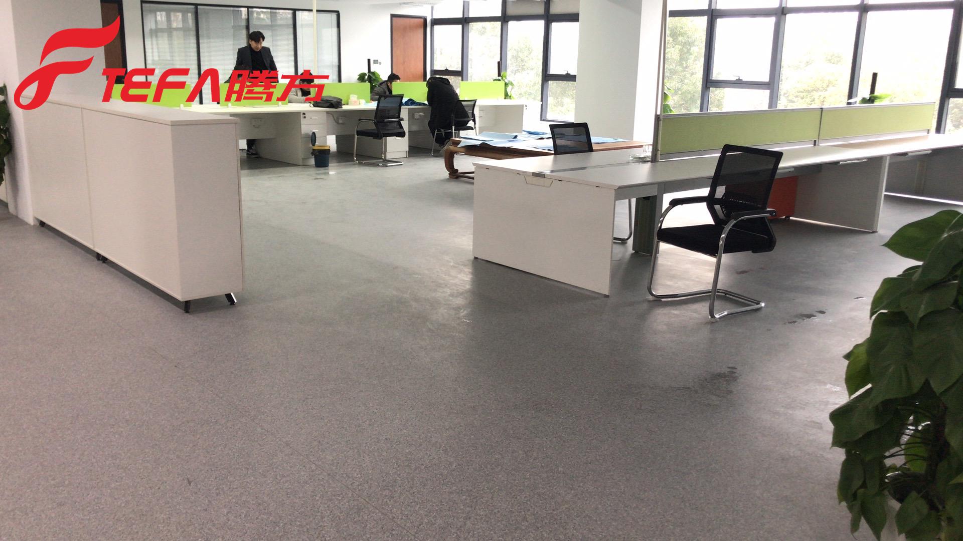 办公室PVC塑胶地板片材与卷材优缺点对比【腾方PVC地板】